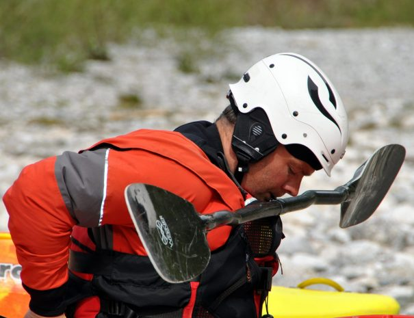 kayaker knows how to hold paddle with big mouth